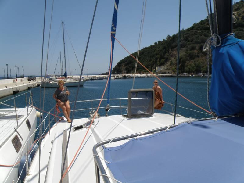 Frauen Segeln: Auf dem Vorschiff