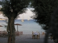 Frauen Segeln: Taverne am Strand