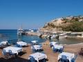 Frauen Segeln: Griechische Taverne am Strand. Im Sand
